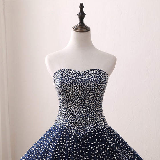 vestido de quinceañera con lentejuelas y pedrería azul rey
