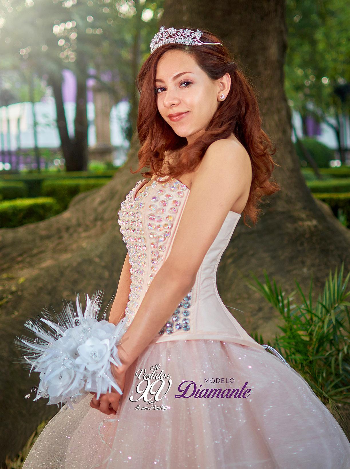 vestido de 15 años con pedrería tornasol
