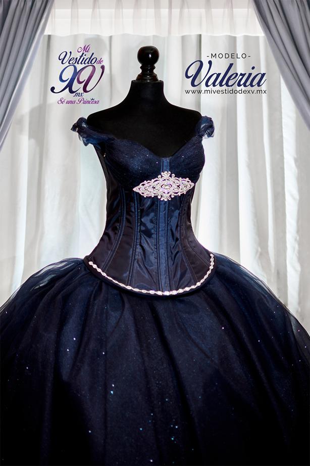 Vestido de XV años con mangas y joyería
