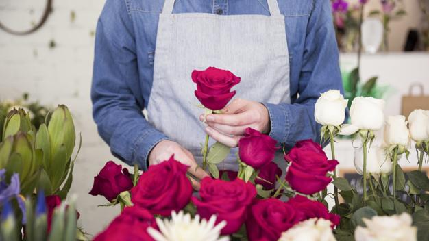 Hermoso arreglo de rosas rojas y blancas para 15 años