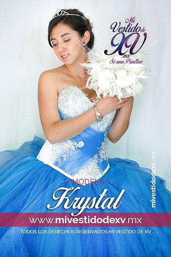 mujer joven con vestido azul cielo de quince años con ramo