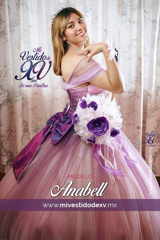 Quinceañera modelando un vestido de xv años degradado