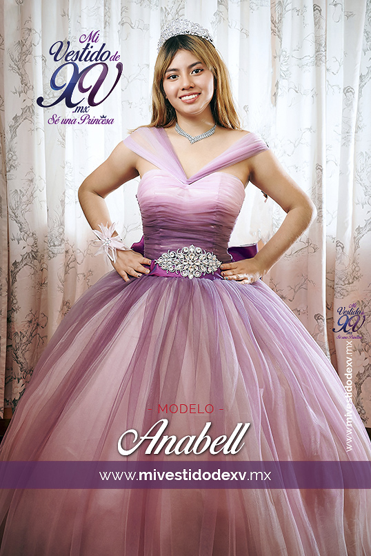 modelo con vestido de 15 años en dos tonos degradado