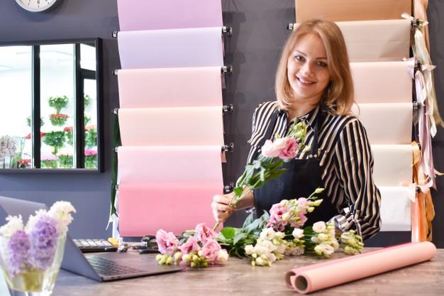 Joven florista preparando un centro de mesa para 15 años